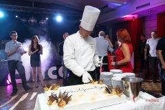 Uroczyste krojenie tortu podczas imprezy firmy Comarch