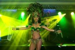 Pokaz taneczny podczas eventu - brazylijska samba w wykonaniu tancerki