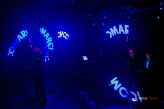 Pokaz Lightshow - maczety ledowe wyświetlają logotyp firmowy