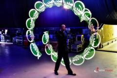 Pokaz Lightshow - maczety ledowe wyświetlają logotyp