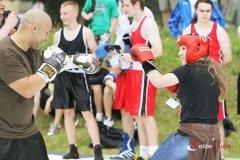 Pokaz boksu lokalnej szkólki bokserskiej