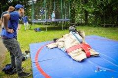 Zabawa sumo pdoczas pikniku sportowego