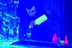 Barman przygotowuje kolejnego drinka w trakcie pokazu uv