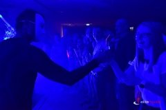Pokaz barmański UV - barmani rozdają drinki