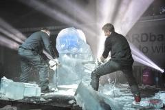 W trakcie pokazu rzeźbiarze z prostej brył lodu tworzą rzeźbę
