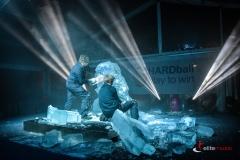 Połączenie pokazu rzeźbienia w lodzie z oświetleniem daje rewelacyjny efekt