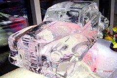 Rzeźba lodowa w kształcie samochodu
