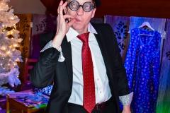 Nasz konferancjer i animator wczuwa się w rolę partyjniaka przed imprezą