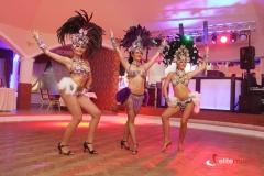 Tancerki podczas wieczoru brazylijskiego tańczą sambę