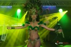 Tancerka w oryginalnym stroju brazylijskim podczas wieczoru tematycznego