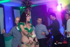 Korowód taneczny w trakcie imprezy firmowej w konwencji brazylijskiej