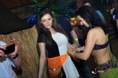 Tancerka przypina pas z błskotkami