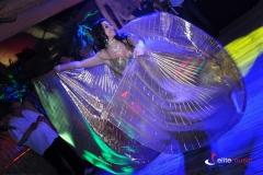 Efektowne skrzydłą Isis podczas występu tancerki