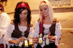 Nasze hostessy trzymają upominki do rozdania