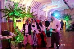 grupa aktorów w roli piratów