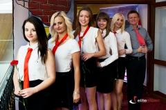 Hostessy czekają na gości - imrpeza prl