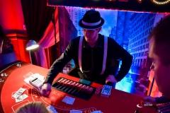Uczestnicy zabawy biorą udział w grze na stołach kasynowych