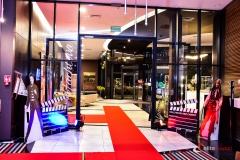 Aranżacja wejśćia do sali - czerwony dywan, postacie i duże klapsy filmowe