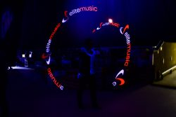 wykorzystanie wysokiej rozdizelczośći urządzeń ledowych pozwala wyświetlić logo firmy podczas pokazu lightshow
